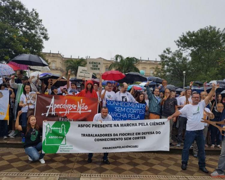Pessoas, cartazes, manifestação