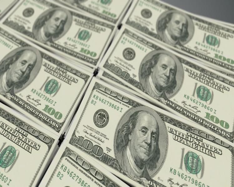 pilhas de notas de cem dólares postas lado a lado