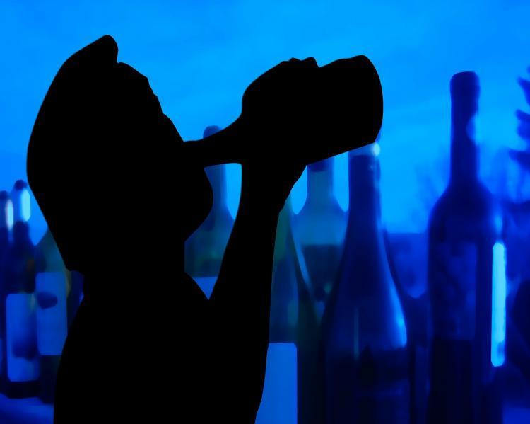 Silhueta em preto de pessoa bebendo no gargalo, em fundo escuro