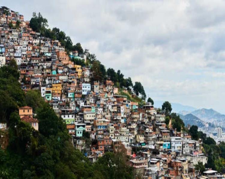 Vista panorâmica de uma favela, com o céu ao fundo