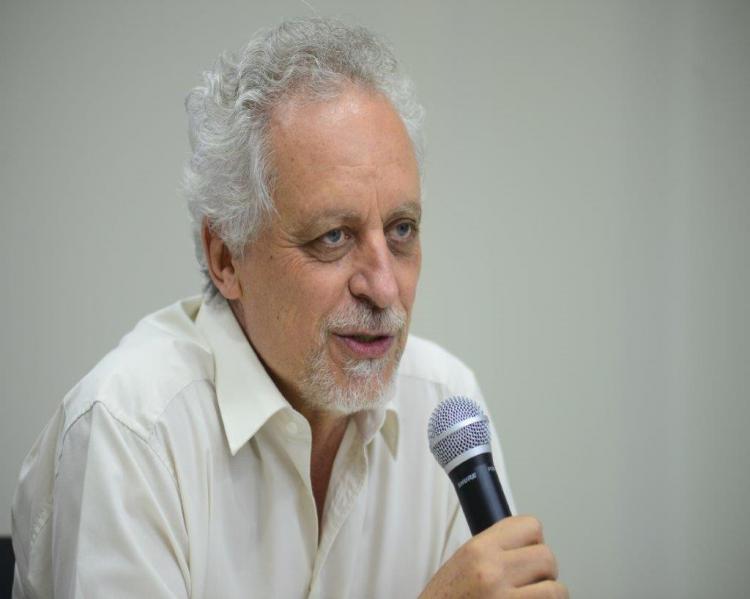 Leo Heller (Homem grisalho, de camisa branca, em primeiro plano, ao microfone)