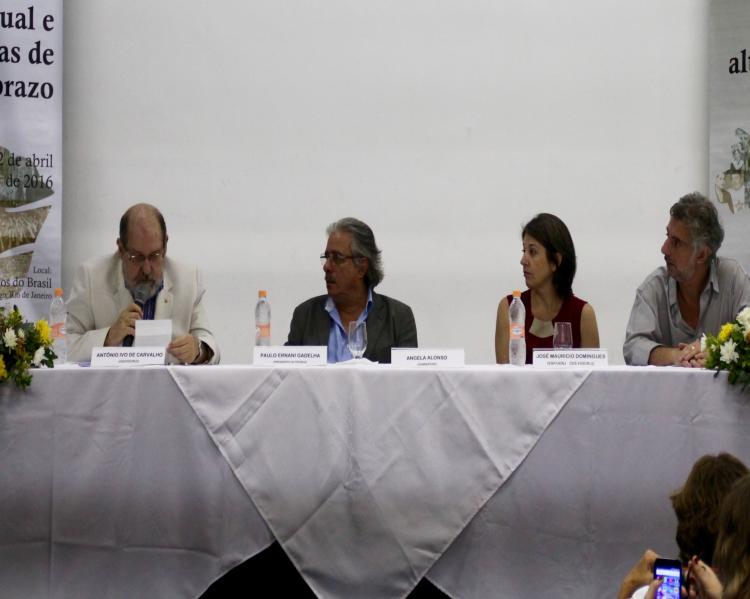 Palestrantes à mesa de debates