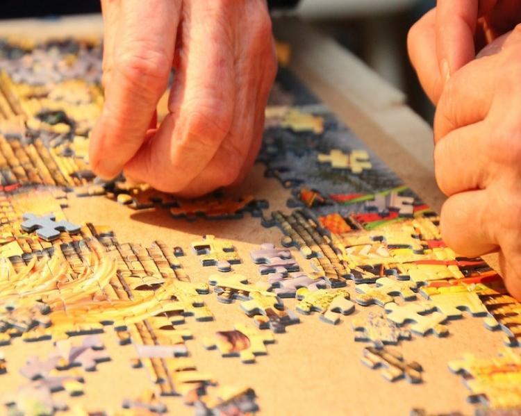 Mãos montando um quebra-cabeça (Foto: Pixabay)