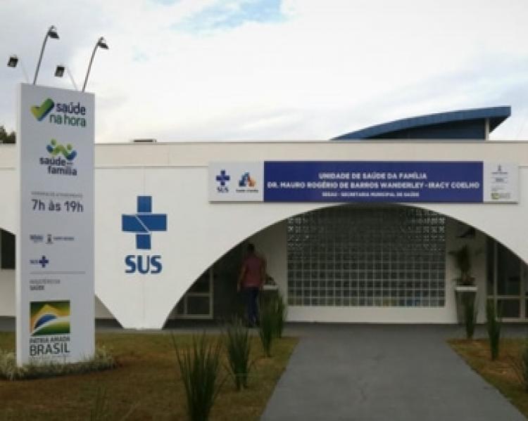 Fachada de uma unidade básica de saúde tendo em destaque a marca do SUS