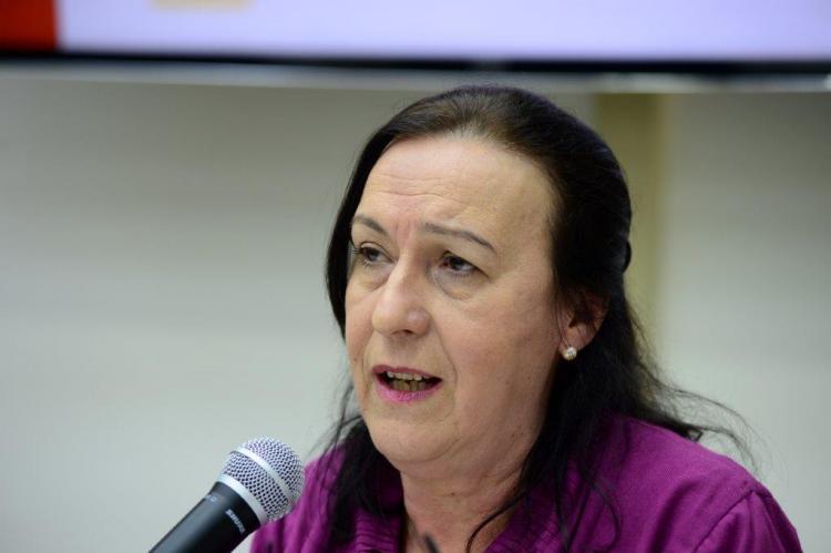 Ligia Bahia (Mulher ao microfone )