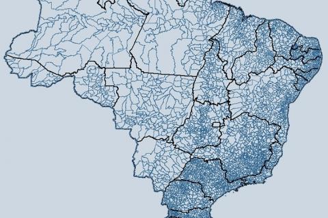 Mapa do Brasil em tons de azul, indicando estados e municípios do país