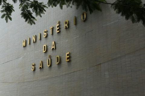 Detalhe de fachada em cor clara com o nome do Ministério da Saúde