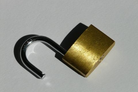 cadeado cor de bronze aberto