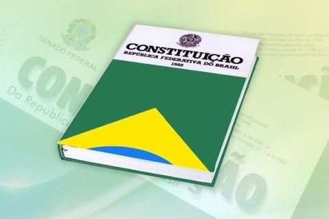 Constituição Brasileira, capa verde e amarela,com detalhes da bandeira do Brasil