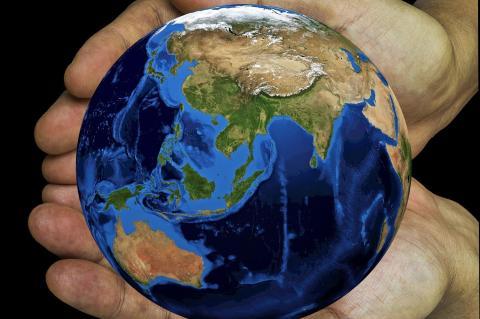 Mãos em concha seguram o globo terrestre