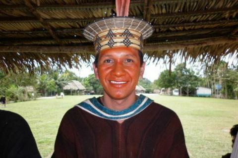 indígena com cocar na cabeça
