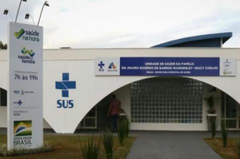 Fachada de uma unidade básica de saúde, com a logomarca do SUS