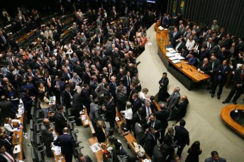 Plenário com muitos políticos