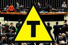 Imagem do Planário da Câmara, deputados, e o símbolo dos transgênicos (letra T sobre fundo amarelo em triângulo) sobre a foto