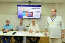 Os convidados e Antonio Ivo de Carvalho (direita) (Foto: Peter Iliciev/CCS/Fiocruz)