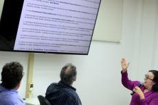 Ligia apresenta dados da privatização da saúde (Foto: Peter Iliciev/CCS/Fiocruz)